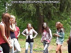 Anaal vingeren bij college sex party