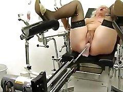 Büyükanne Norma Bir Seks Makinesi Üzerinde Çalışıyor
