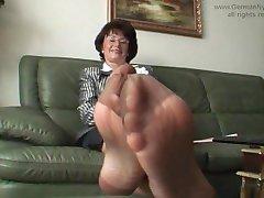 Tante ' s stinkende nylon voeten in mijn gezicht!