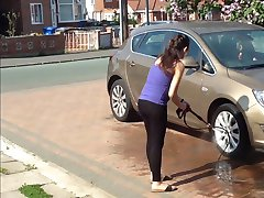 De zwangere buurvrouw het wassen van de auto (niet naakt)