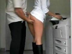 Amateur Milf kont geneukt in het kantoor