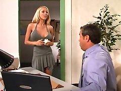 Hete blonde in het kantoor