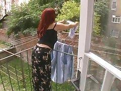 Sexy Rijpe Vrouw Aangevallen Terwijl Opknoping Wasserij - Cireman
