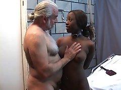 Kaunis musta tyttö on kidutettu, bdsm kellarissa vibraattori dildo