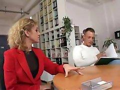 Modieuze Lange Benen en Office MILF in Actie