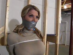 Chesty Blonde Terughoudend met Ritssluiting op de Banden & mond Gesnoerd