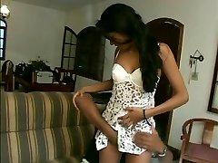 Täydellinen teini ruskeaverikkö anaali latino tyttö pesee mällit pois suihkussa
