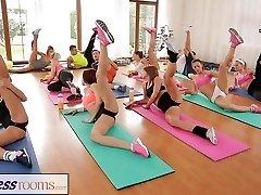 FitnessRooms जिम कक्षा के बाद पसीने से तर सेक्स सत्र
