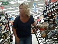 Sexy Blonde Milf på Walmart