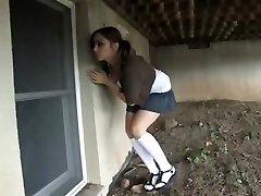 Meisje betrapt op spieken en hogtied in de kelder