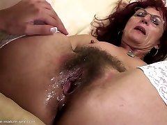 Diep vuistneuken voor sexy rijpe mama's harige kut