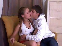 drăguț tânăr rus cuplu face sex pe canapea