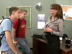 Rondborstige brunette leraar neukt en zuigt haar twee studenten in trio
