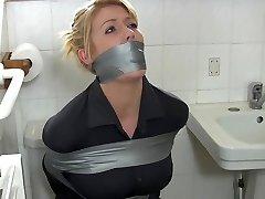 blonda gospodină în baie