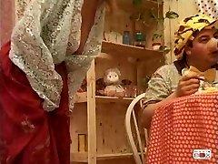 Manya - italiaanse volwassen geneukt door drie kerels