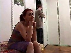 रूसी परिपक्व माँ और बेटे के दोस्त! एमेच्योर!