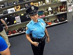 Mooie en grote tieten politie-agent krijgt de lul in Shawns office