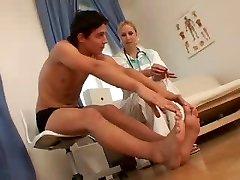 el nud ea imbracata asistenta și pacientul ei