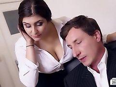 BUMS BUERO - Rondborstige duitse secretaresse neukt de baas op kantoor