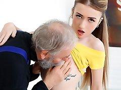 empera i gammel mann knuller en frisk jente - gamle-n-ungdom