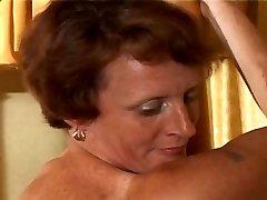 yaşlı kadın şaplak