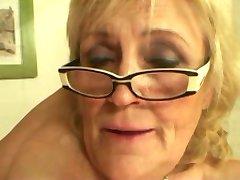 처진 Titted 할머니 안경에서 스타킹 돌아 더