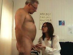 65 éves végzős baszik a lány orvos a kabinet