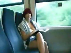 Teen girl doesn visuomenės mirksi ant traukinio
