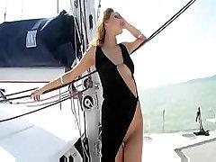 Cindy Hope dostaje naga na łodzi i ssie i pieprzy jego członek