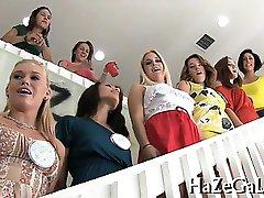 Djevojke se igraju sa страпцанс