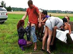 Sujo glamour filhotes foder um agricultor