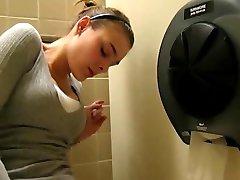 Spielen Mit Meiner Muschi in ÖFFENTLICHEN Waschraum