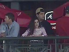 Berühren Sie Ihre boobies während der baseball-Spiel