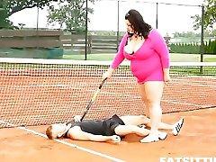 여분 큰 갈색 머리가 지배하고 facesits 그녀는 테니스 선생님