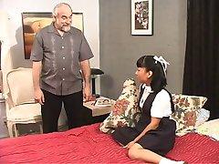 Brunetka školy dívka hraje s její kundu pro svého pána