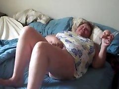 Kövér nagyi kanos maszturbálnak, miközben férje filmek