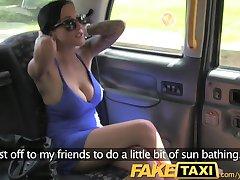 FakeTaxi Szűk seggét lyukat rábaszik újra a taxi vissza