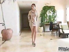 Seksi crnka prekrasna pokazuje joj tanke duge часть2