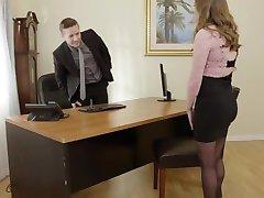 Pervy Bosas Fucks Seksuali Biuro Padėjėjas