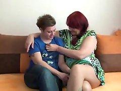 Lesbiečių močiutė ir paauglių, turinčių milžinišką dildo