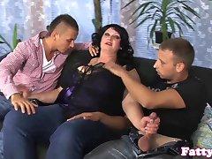 Kövér milf cumsprayed a bigboobs a hármasban