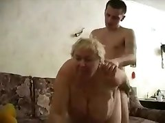 おばあちゃんfucks彼女のボーイ