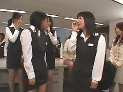 Asijské CFNM chlapa dělá v kanceláři