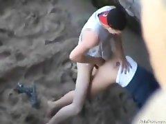 Paar fucking auf öffentlichen Strand