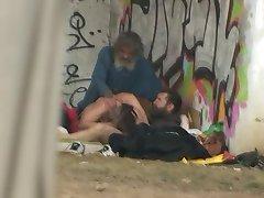 Pure Leben auf der Straße-Obdachlose flotter Dreier Sex an Öffentlichen