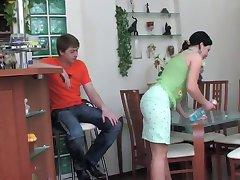 Gwendolen - Houseworking Heta Röv Stepmom