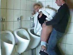 Kerl fickt eine Reife in einem öffentlichen Bad