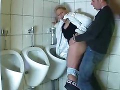 Guy fucks zrelo u javnom wc