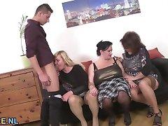 Drei amateur Reife Damen teilen sich ein junge stud