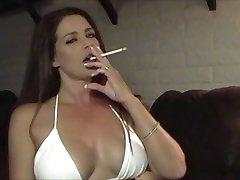 Gorąca seksowna dziewczyna w bikini dla palących i dokuczanie